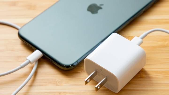 Apple cambiará la batería de su nuevo iPhone para mantener el precio cargador