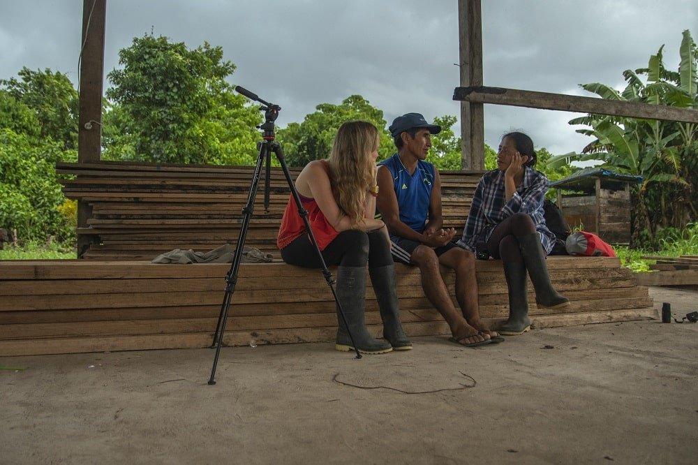 Equipo-del-documental-realizando-entrevistas-voces-en-la-carretera-reserva-de-la-biosfera-del-manu-min